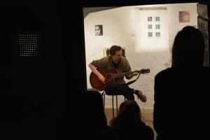 Silas singt und spielt Gitarre